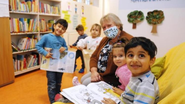 """Als erster Nürnberger Kinderkarten hat der Kindergarten Sternenhimmel in Eberhardshof vom Deutschen Buchhandel und dem Deutschen Bibliotheksverband das Gütesiegel """"Buchkindergarten"""" erhalten. Ausschlaggebend waren unter anderem seine vielfältigen Aktionen für eine frühe Sprach- und Leseförderung..."""